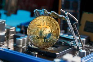 Bitcoin: hashrate stále nízko, ale poplatky jsou vysoko